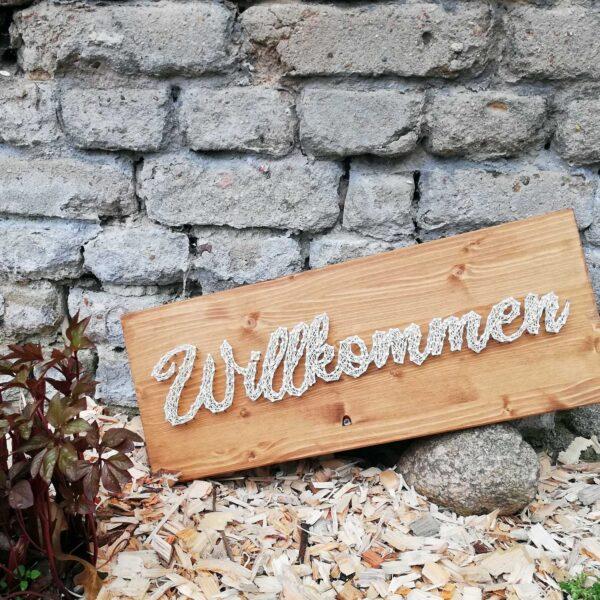 fadenbild_0007_willkommen_holz_1